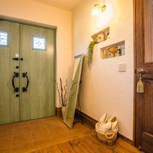 他の地域の両開きドアアジアンスタイルのおしゃれな玄関ホール (白い壁、緑のドア、濃色無垢フローリング、茶色い床) の写真
