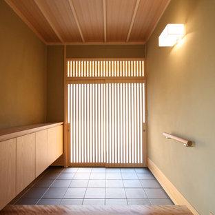福岡の小さい引き戸和風のおしゃれな玄関ホール (ベージュの壁、セラミックタイルの床、淡色木目調のドア、グレーの床) の写真