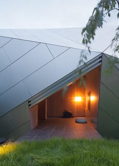 Modern outside by 横河設計工房 KEN YOKOGAWA ARCHITECT & ASSOCIATES INC.