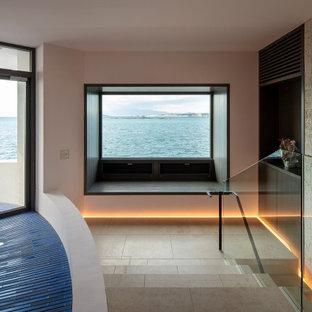 東京23区の片開きドア地中海スタイルのおしゃれな玄関 (ピンクの壁、大理石の床、グレーのドア、ベージュの床) の写真
