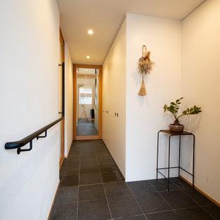Modelo de entrada minimalista con suelo de pizarra y suelo negro