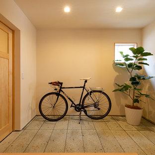 他の地域の片開きドアカントリー風おしゃれなマッドルーム (白い壁、淡色木目調のドア、グレーの床) の写真