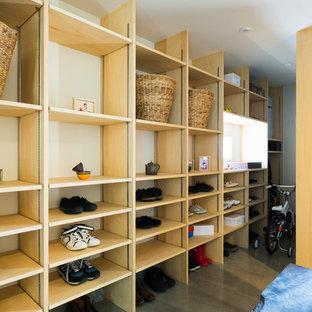 他の地域のコンテンポラリースタイルのおしゃれなマッドルーム (白い壁、コンクリートの床、グレーの床) の写真
