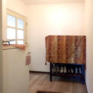 Foto de hall de estilo zen, pequeño, con paredes blancas, suelo vinílico y suelo marrón
