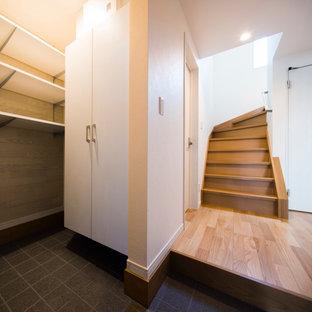 Idéer för att renovera ett litet funkis kapprum, med vita väggar, klinkergolv i keramik, en enkeldörr, en vit dörr och grått golv