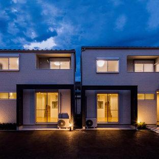Cette image montre une petit entrée minimaliste avec un vestiaire, un mur blanc, un sol en carrelage de céramique, une porte simple, une porte blanche, un sol gris, un plafond en papier peint et du papier peint.