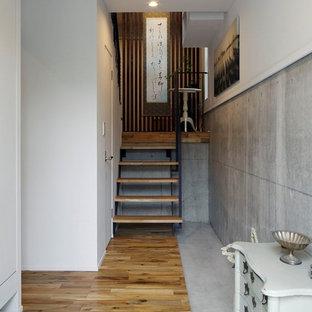他の地域のエクレクティックスタイルのおしゃれな玄関 (グレーの床) の写真
