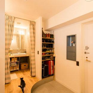 Idéer för att renovera en mellanstor nordisk hall, med vita väggar, betonggolv, en enkeldörr, en vit dörr och grått golv