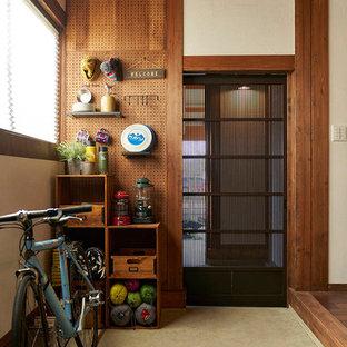 東京都下のアジアンスタイルのおしゃれな玄関ロビー (白い壁、ベージュの床) の写真