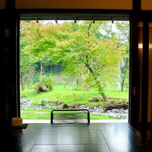 Großer Landhausstil Eingang mit Foyer, Granitboden und weißem Boden in Sonstige