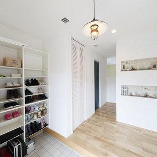 他の地域のモダンスタイルのおしゃれな玄関 (白い壁) の写真