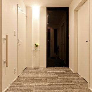 他の地域のコンテンポラリースタイルのおしゃれな玄関 (白い壁、グレーの床) の写真