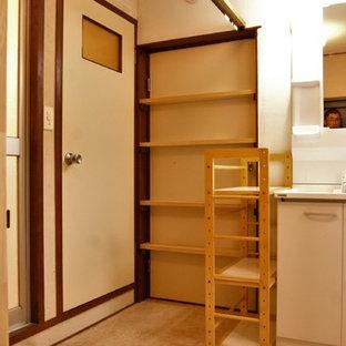 Imagen de hall de estilo zen, pequeño, con paredes blancas, suelo vinílico, puerta simple, puerta marrón y suelo beige