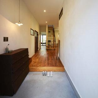 日本 横浜のアジアンスタイルの玄関の写真 (白い壁、コンクリートの床)
