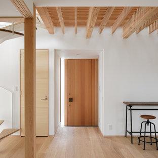 他の地域の片開きドアモダンスタイルのおしゃれな玄関ロビー (白い壁、淡色無垢フローリング、木目調のドア、ベージュの床) の写真