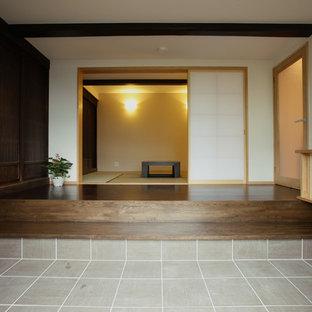 Asiatischer Eingang mit weißer Wandfarbe und Tatami-Boden in Sonstige