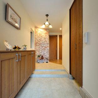 他の地域のトランジショナルスタイルのおしゃれな玄関 (白い壁) の写真