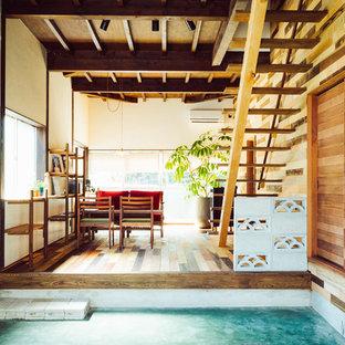 Idées déco pour une entrée asiatique avec un mur blanc, béton au sol, un couloir et un sol vert.