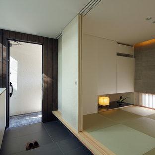 Inspiration för en funkis hall, med vita väggar, klinkergolv i porslin, en enkeldörr och grått golv