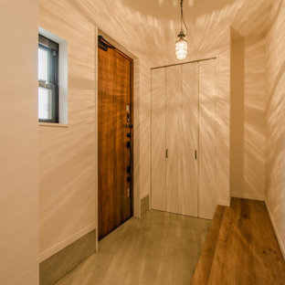 Свежая идея для дизайна: маленькая узкая прихожая в стиле лофт с белыми стенами, бетонным полом, одностворчатой входной дверью, входной дверью из дерева среднего тона, серым полом, потолком с обоями и обоями на стенах - отличное фото интерьера