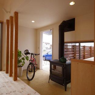 Idee per un ingresso con vestibolo nordico di medie dimensioni con pareti bianche, pavimento in sughero e una porta singola
