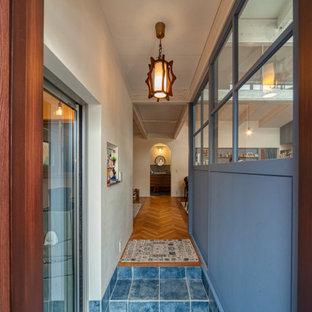 На фото: маленькая прихожая в средиземноморском стиле с фиолетовыми стенами, полом из керамической плитки и бирюзовым полом с