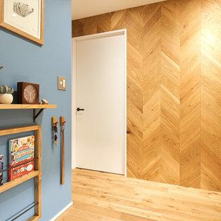 Modelo de hall industrial con paredes azules, suelo de madera en tonos medios y suelo marrón