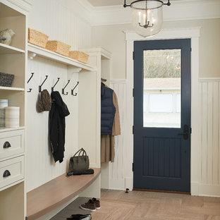 Diseño de vestíbulo posterior tradicional renovado, de tamaño medio, con paredes beige, puerta simple, puerta azul, suelo marrón y suelo de baldosas de porcelana