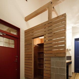他の地域の片開きドアラスティックスタイルのおしゃれな玄関 (白い壁、赤いドア) の写真