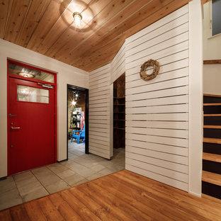 他の地域の小さいミッドセンチュリースタイルのおしゃれな玄関 (コンクリートの床、グレーの床) の写真