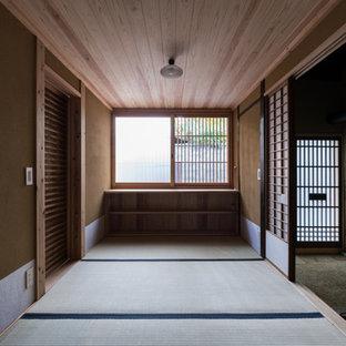 Idée de décoration pour un vestibule asiatique avec un mur beige, un sol de tatami, une porte en bois brun et une porte simple.