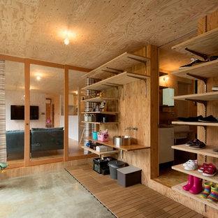 他の地域のコンテンポラリースタイルのおしゃれなマッドルーム (茶色い壁、コンクリートの床、グレーの床) の写真
