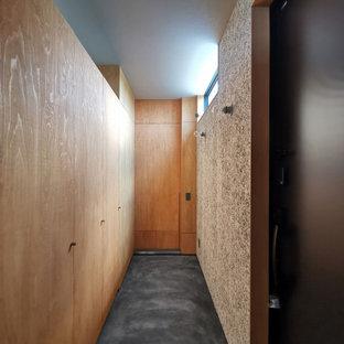 Foto de hall papel pintado y papel pintado, urbano, de tamaño medio, papel pintado, con paredes grises, suelo vinílico, puerta simple, puerta negra, suelo negro, papel pintado y papel pintado