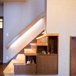 Inspiration för små moderna hallar, med beige väggar, plywoodgolv, en dubbeldörr, en brun dörr och brunt golv