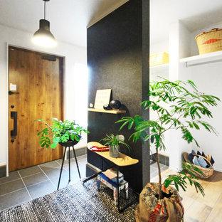 Ejemplo de hall industrial con paredes multicolor, puerta simple, puerta de madera en tonos medios y suelo negro
