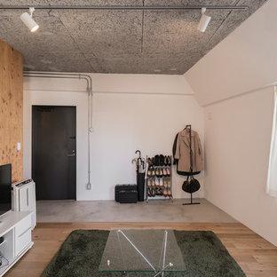 東京23区の片開きドアアジアンスタイルのおしゃれなマッドルーム (白い壁、コンクリートの床、黒いドア、グレーの床) の写真