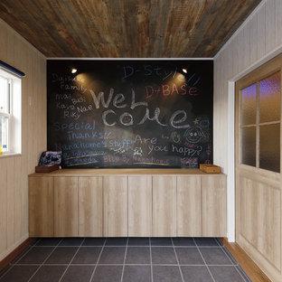 他の地域のミッドセンチュリースタイルのおしゃれな玄関ホール (ベージュの壁、グレーの床) の写真