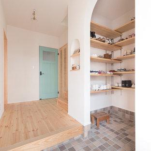 大阪のアジアンスタイルの玄関の画像 (白い壁、グレーの床)