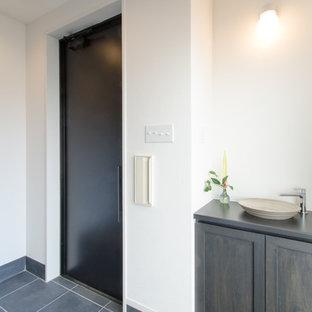 Свежая идея для дизайна: вестибюль среднего размера в стиле шебби-шик с белыми стенами, полом из сланца, одностворчатой входной дверью и черной входной дверью - отличное фото интерьера