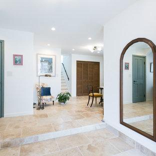 東京23区の片開きドア地中海スタイルのおしゃれな玄関 (大理石の床、青いドア、ベージュの床) の写真