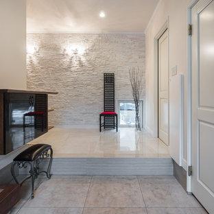 Klassischer Eingang mit weißer Wandfarbe, Marmorboden, Einzeltür, weißer Tür und weißem Boden in Sonstige
