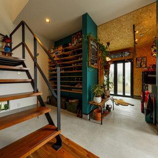 Idéer för mellanstora industriella kapprum, med vita väggar, betonggolv, en enkeldörr och grått golv