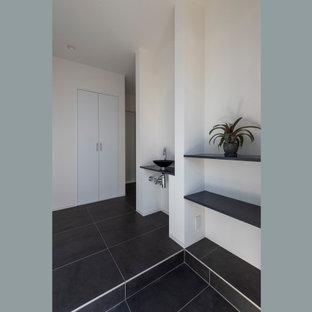 Idéer för mellanstora funkis hallar, med vita väggar, klinkergolv i porslin, en enkeldörr, en svart dörr och svart golv