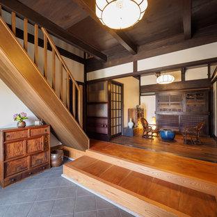 他の地域の和風のおしゃれな玄関ラウンジ (白い壁、グレーの床) の写真