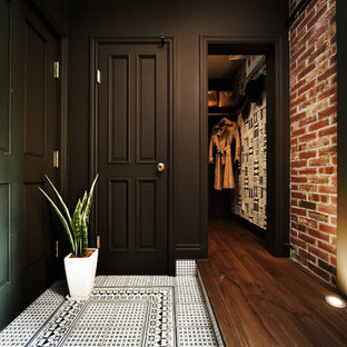 他の地域の片開きドアヴィクトリアン調のおしゃれな玄関 (茶色い壁、緑のドア) の写真
