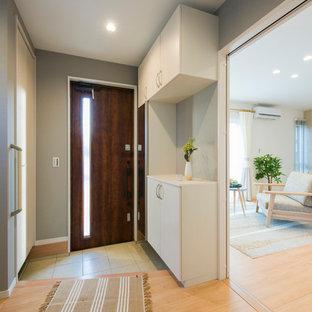 他の地域の片開きドア北欧スタイルのおしゃれな玄関 (茶色い壁、淡色無垢フローリング、木目調のドア、ベージュの床) の写真