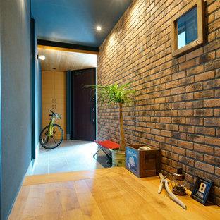 名古屋の片開きドアエクレクティックスタイルのおしゃれなマッドルーム (マルチカラーの壁、濃色木目調のドア) の写真
