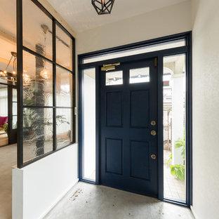 他の地域の片開きドアエクレクティックスタイルのおしゃれな玄関 (白い壁、コンクリートの床、黒いドア、グレーの床) の写真