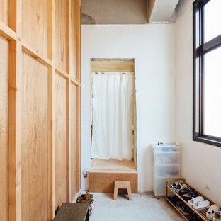 他の地域のインダストリアルスタイルのおしゃれなマッドルーム (白い壁、コンクリートの床) の写真