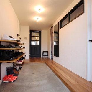 東京23区のインダストリアルスタイルのおしゃれな玄関 (白い壁、コンクリートの床、グレーの床) の写真